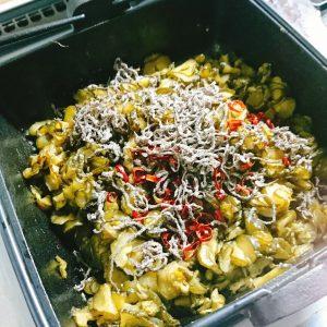 炒めた塩きゅうりに赤唐辛子と塩昆布を加えた鍋