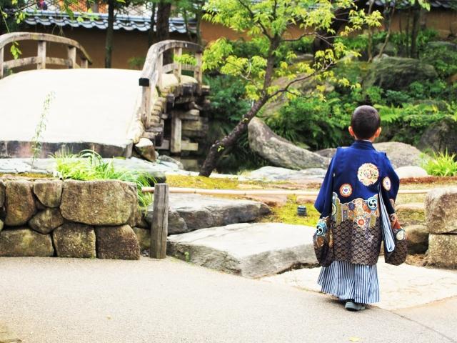 七五三詣りをする袴を着た男の子の後姿