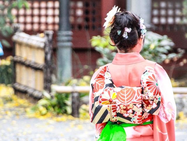 七五三詣りをする着物を着た7歳の女の子
