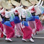 阿波踊りを踊る女性たち