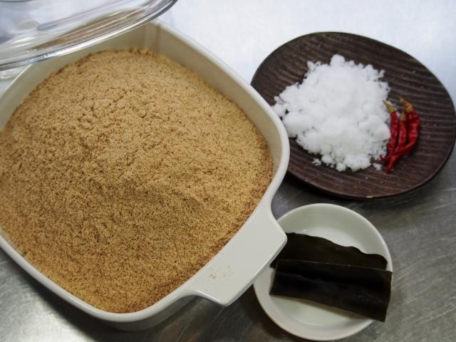 糠漬け、糠床の材料、生糠と塩と昆布