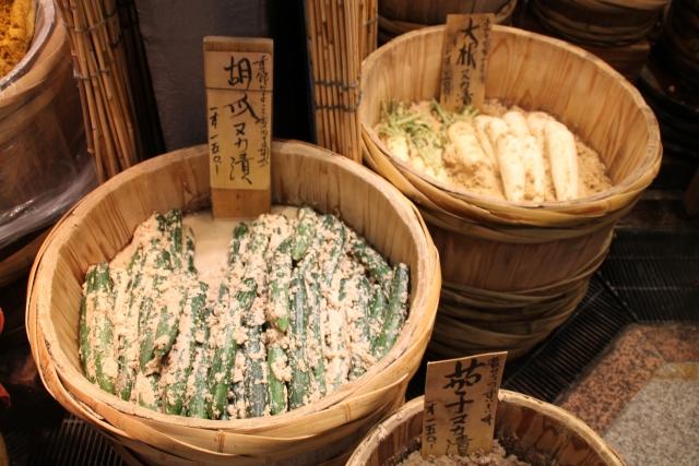 木樽で漬けたきゅうりと大根の糠漬け