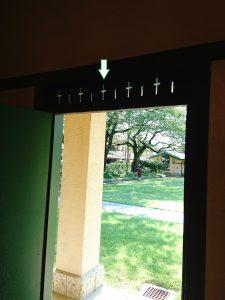教室入り口の飾り欄間