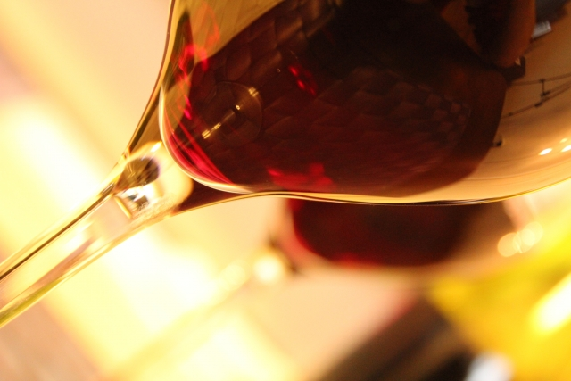 グラスに注いだ赤ワイン
