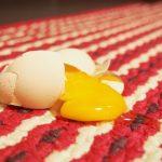 生卵を落としてしまったマット