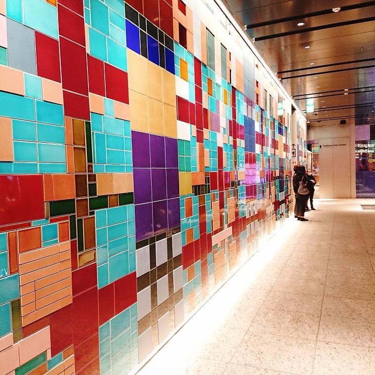ブリリアホールの壁