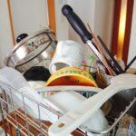 洗った食器を置いておく食器かごに食器がたくさん置いてある