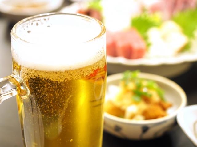 グラスに汚れが残っている状態で注がれたジョッキのビール