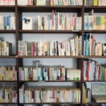 たくさんのいろんなジャンルの本が並んだ大きな本棚